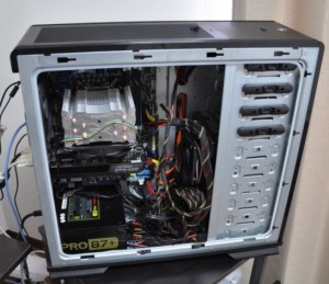 パネルを開いたパソコンケース